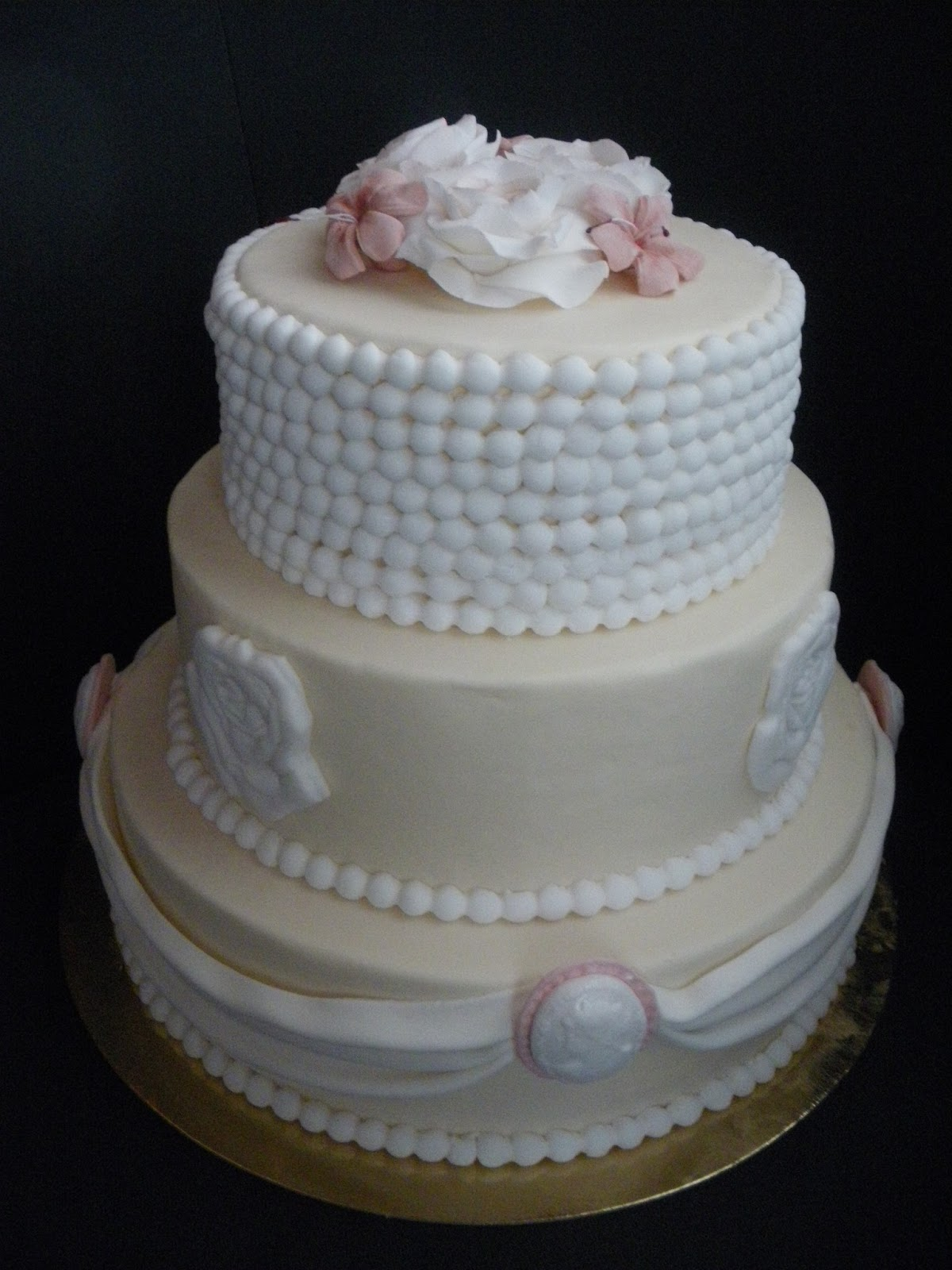 Dallo zucchero alle torte torta rose tre piani for Piani a tre piani