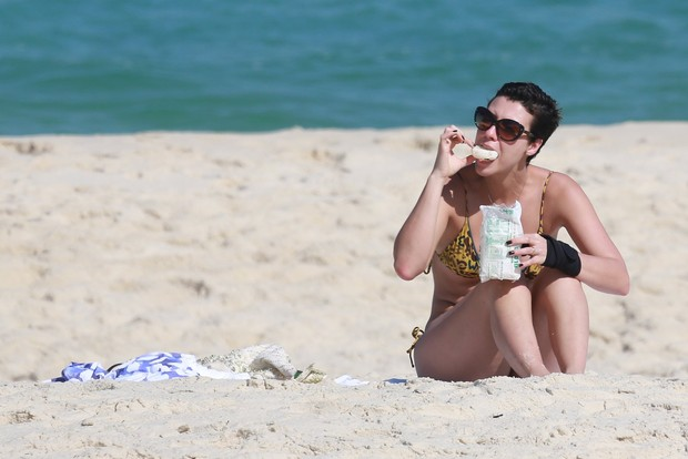 On the beach, Camila Rodrigues, paparazzi photo 9