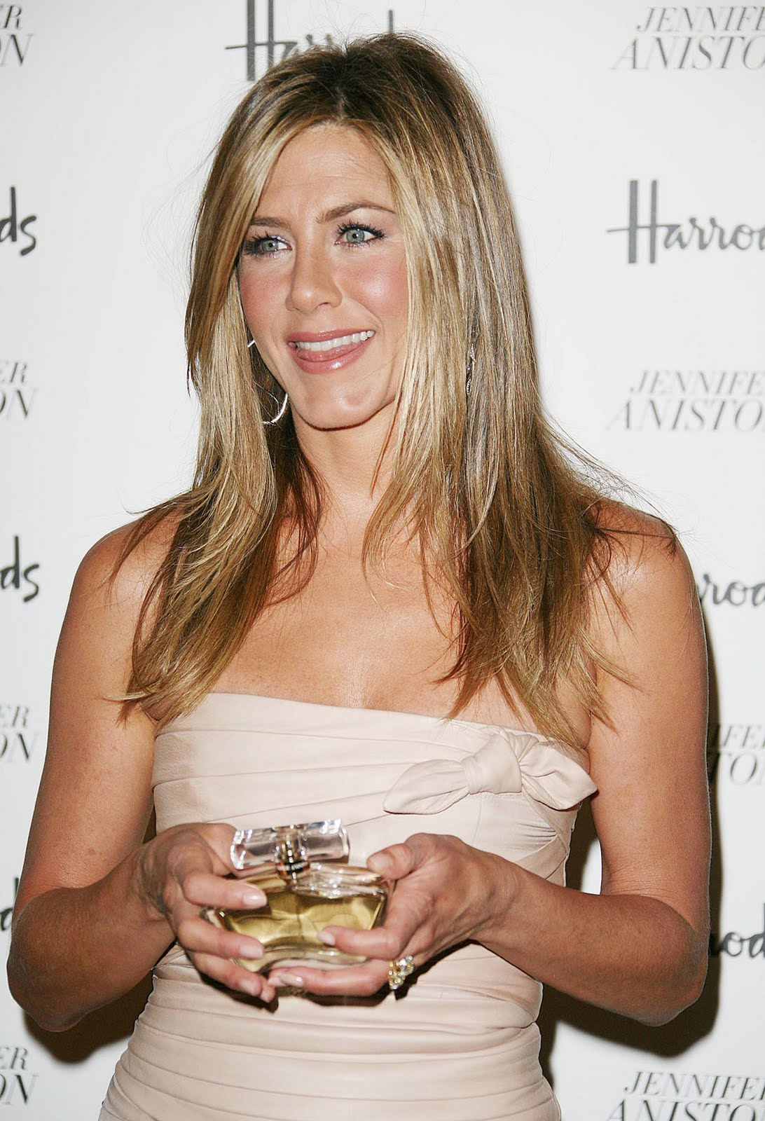 http://1.bp.blogspot.com/-W9aeGz11jwI/TeykFjEvUII/AAAAAAAAAPk/-FHLUQUYqUA/s1600/Jennifer+Aniston+%25281%2529.jpg