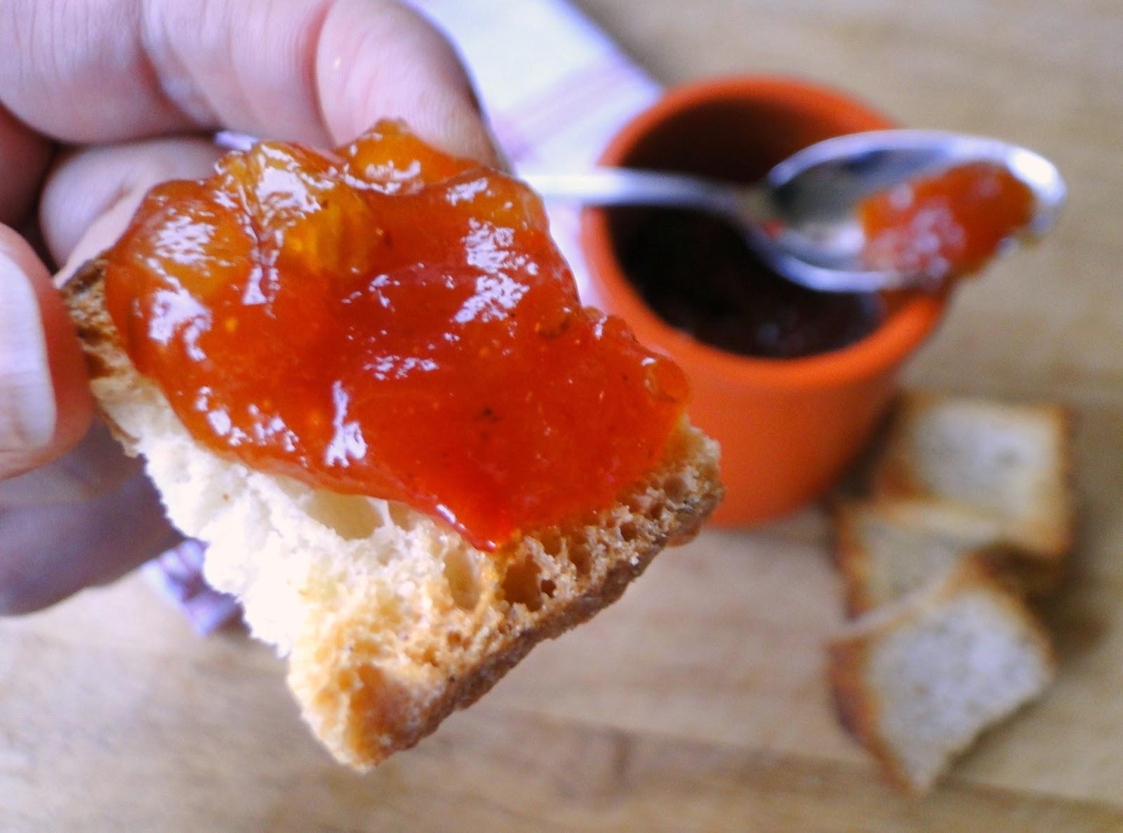 zelfgemaakte tomatenchutney op toast