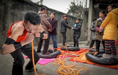 Na China homem enche pneus utilizando apenas o nariz