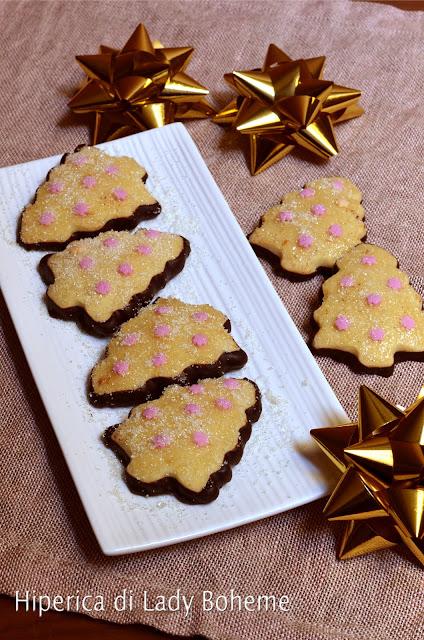 hiperica_lady_boheme_blog_di_cucina_ricette_gustose_facili_veloci_dolci_biscotti_a_forma_di_albero_di_natale
