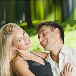 mulher mostrando o pescoço para um homem sinais corporais do desejo feminino linguagem corporal