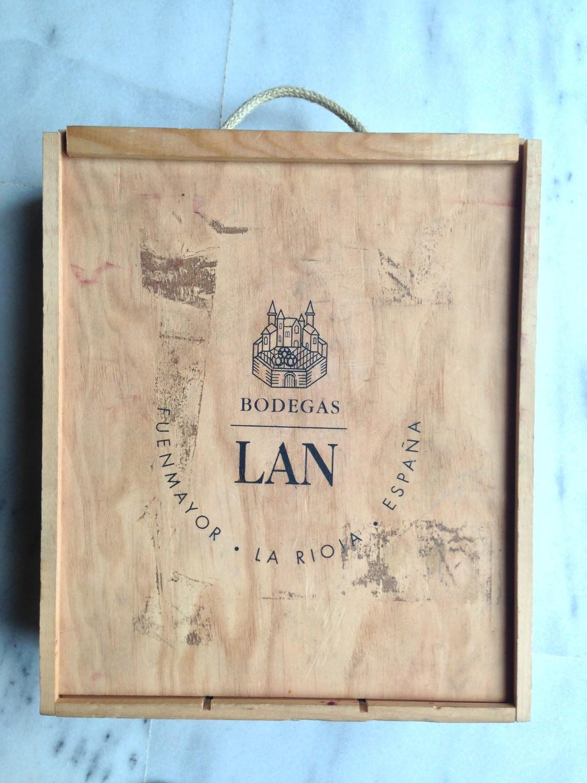 las cajas de vino o champagne dan mucho juego suelen ser de madera con un cierre curioso y su acabado es decente en poca de navidad se suelen ver muchas