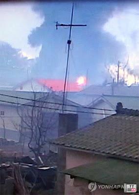 Một ngôi nhà bốc cháy sau vụ nã đạn. Ảnh: Yonhap.