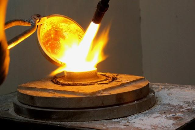Những công đoạn đầu tiên trong khâu chế tác trang sức ngọc trai là thiết kế tạo mẫu và đúc vàng. Toàn bộ quá trình này đều thực hiện thủ công. Vàng được nấu chảy bằng đèn xì và được đổ vào khuôn đúc.