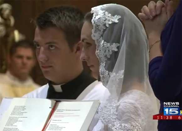Una profesora de 38 años decide casarse con Jesucristo por la iglesia católica