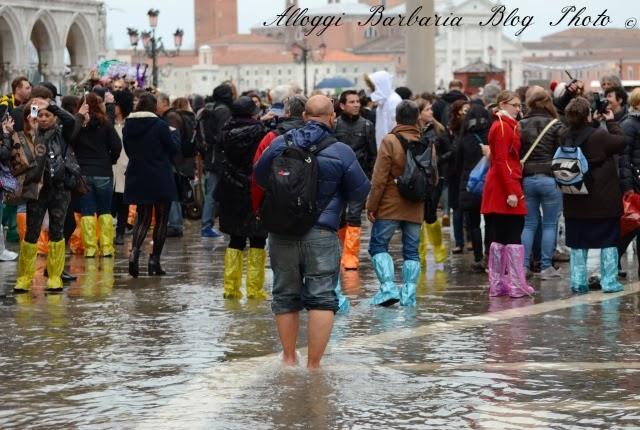 A piedi scalzi in acqua alta