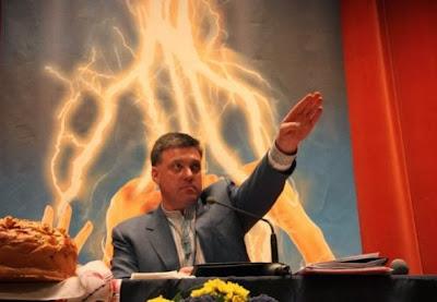 ο Ολεγκ Τιαγκνιμποκ, αρχηγός του νέο-ναζιστικού Σβόμποντα στην Ουκρανία, απλώνει το χέρι του να χαιρετίσει τον Χίτλερ
