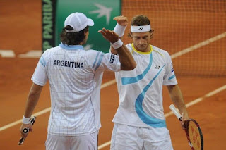 TENIS-Argentina consigue mantenerse en la Copa Davis