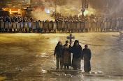 Με τον σταυρό στο χέρι! Ιερείς προσευχόμενοι στην Ουκρανία, μέσα στις ταραχές...