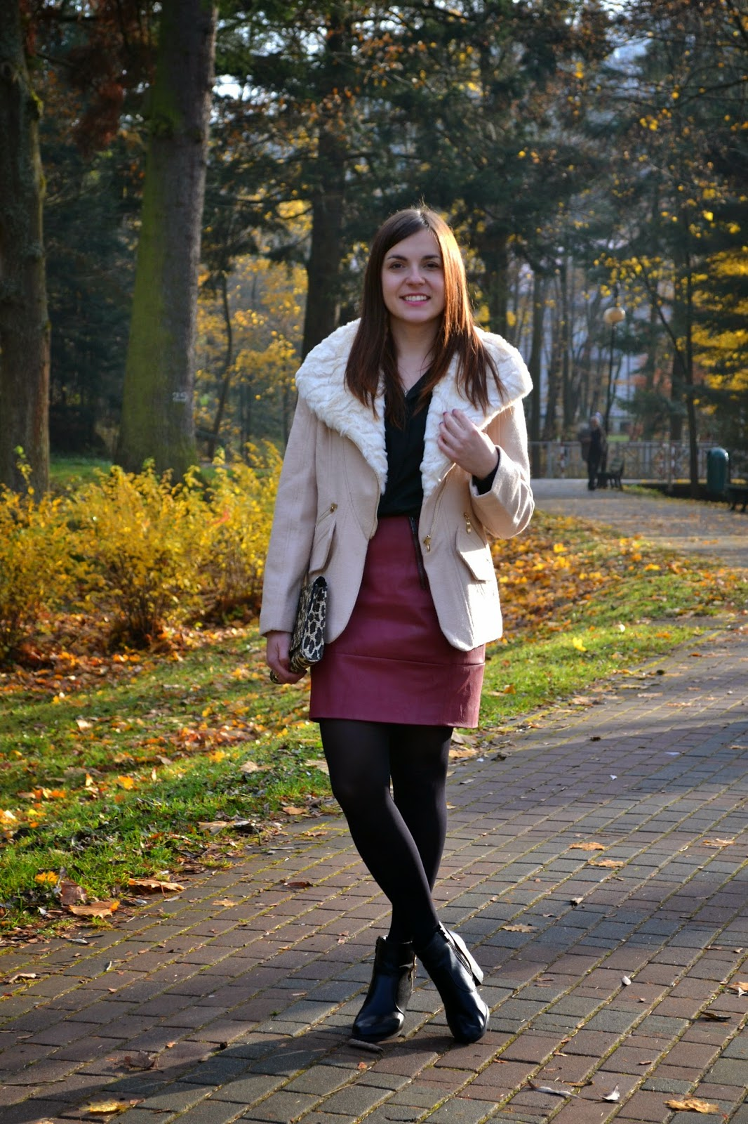 płaszcz z futerkiem, beżowy płaszcz na zimę, białe futerko, futerko z kozakami, futerkowy plaszcz ze spodnica i botkami, bordowa skorzana spódnica