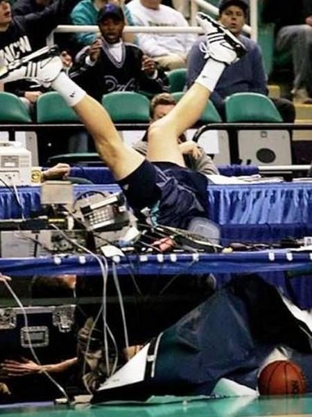 Caida de basquetbolista de cabeza