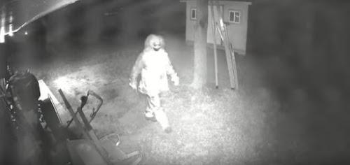 Vídeo mostra palhaço armado com faca tentando invadir casa