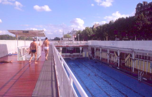 Swimming paris piscine deligny and piscine jos phine baker for Piscine des amiraux paris