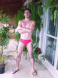 Homem de sunga e chinelo de dedo - Pés Masculinos