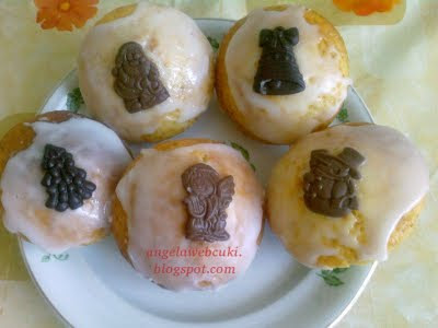 Citromos karácsonyi poharas muffin, reszelt citromhéjas tésztával, citrommázzal a tetején, csokoládé lapocskákkal díszítve.