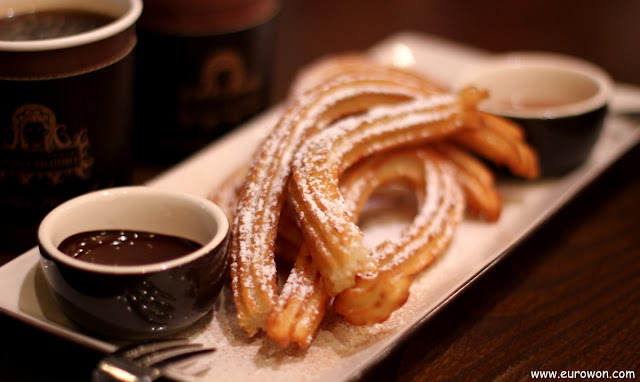 Churros coreanos con chocolate y café