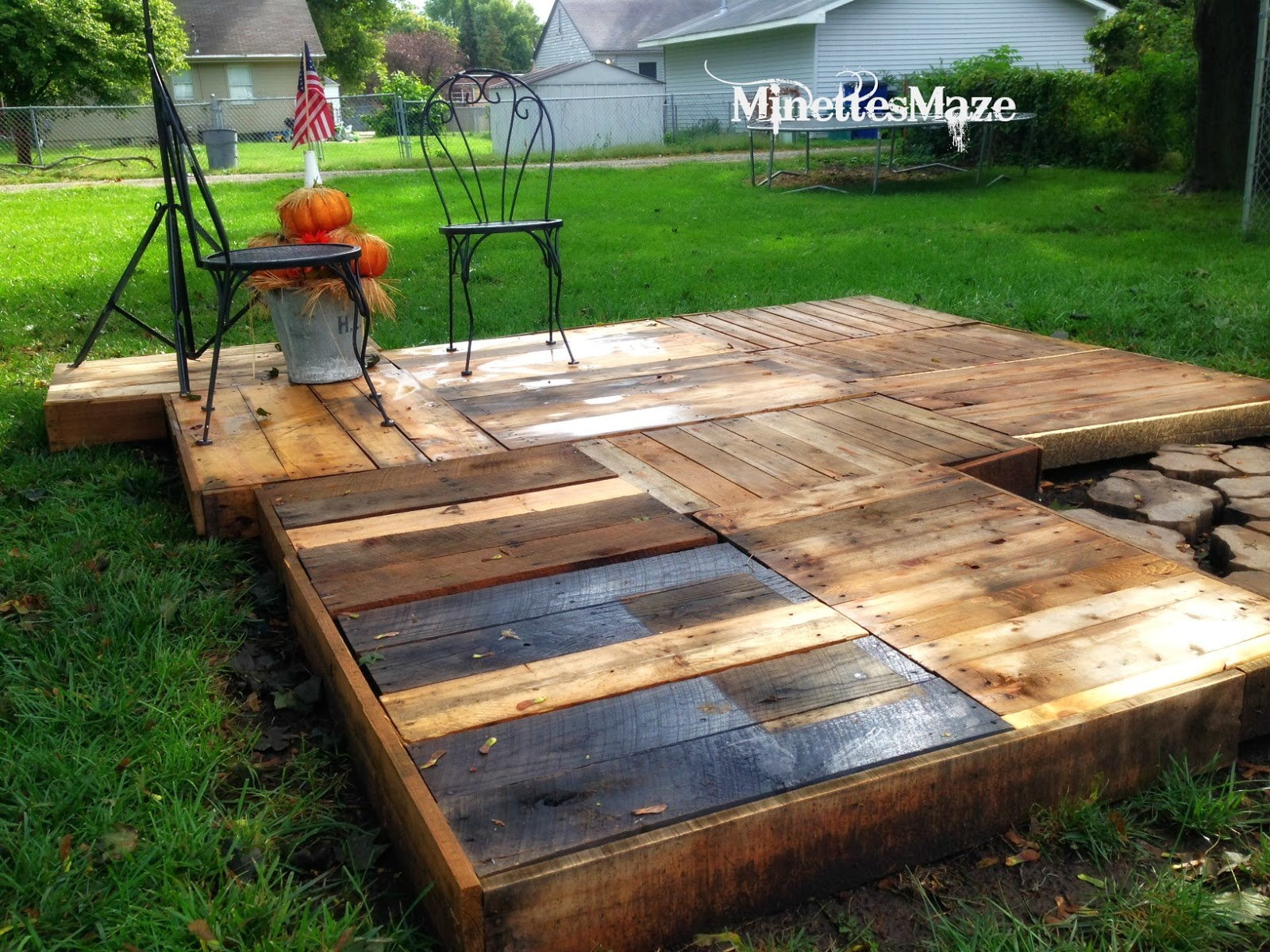 Minettesmaze diy pallet deck for How to build a cheap floating deck