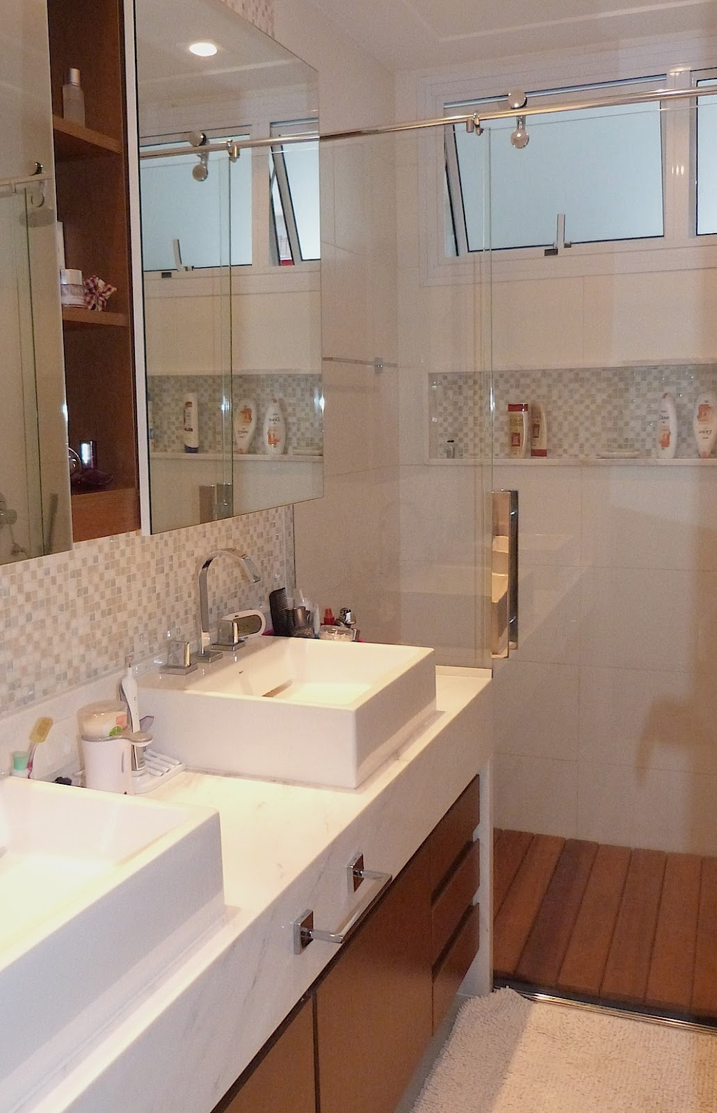 Neste banheiro tons claros mármore branco pighês e as pastilhas da  #432318 1031x1600 Banheiro Bancada Marmore