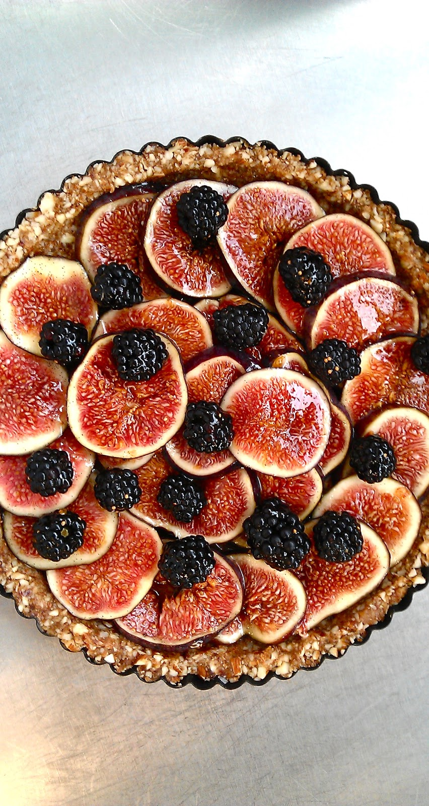 Raw fig and blackberry tart