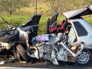 Acidente destrói carro, cadeirinha fica intacta e bebê sobrevive