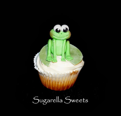 http://sugarellasweetshowto.blogspot.ca/2013/11/how-to-make-cute-fondant-frog-cupcake.html