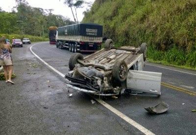Aurelino Leal: Motorista capota veículo na Curva do Padre.
