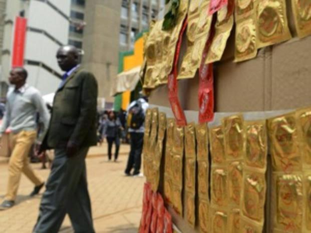 Los hombres de Uganda se lamentan porque les quedan chicos los preservativos