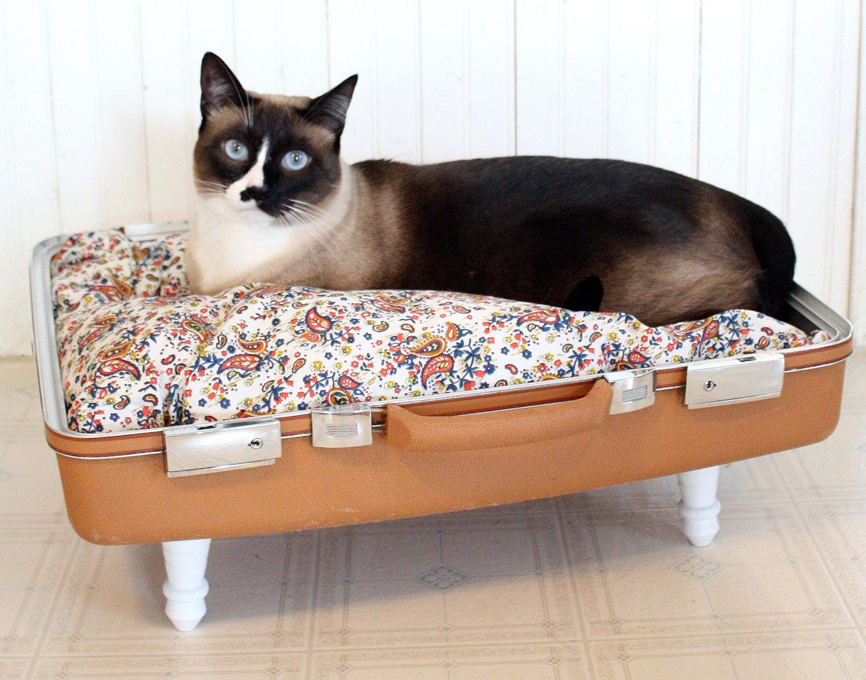 camas hechas con maletas