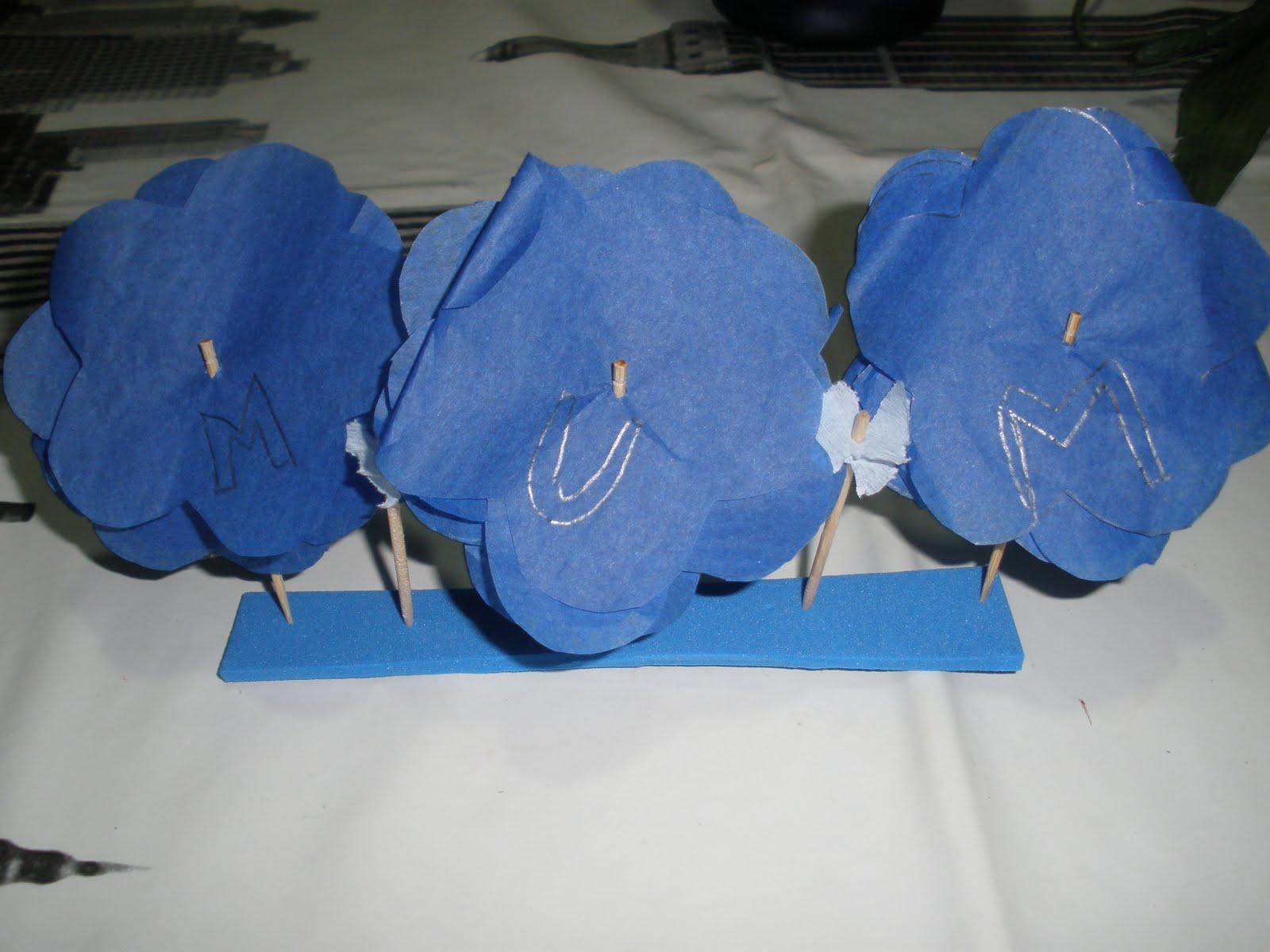 Es un centro de mesa hecho con goma eva y papel de seda(azul ,mi color