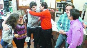 Ayuntamiento de Donostia. Garmendia (PSE) felicita a San Roman (PNV), Viles (PNV) recibe el saludo de Arcauz (PP), e Ibabe (PNV) de Ramos (PSE).