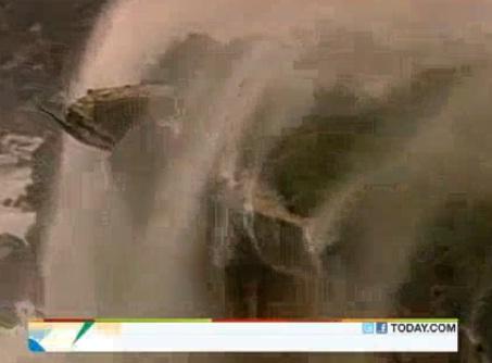 Gambar Fenomena Air Terjun Bergerak Ke Udara