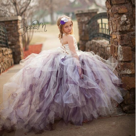 Anak kecil cantik memakai gaun pesta