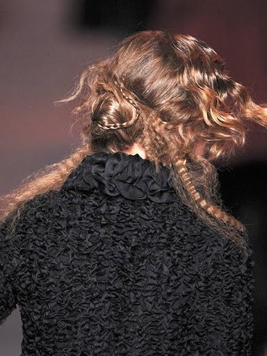 Романтично Updo за средно дълга коса