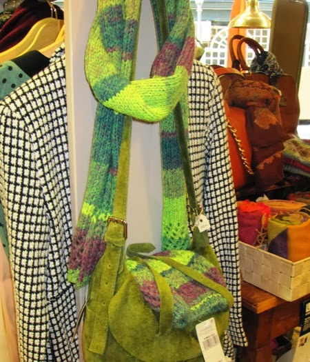 Bolso piel italiano verde con gorro y bufanda multicolor