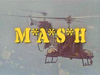 Créditos iniciales de la serie de 1972: MASH. La imagen muestra un helicóptero centrado con el texto M*A*S*H