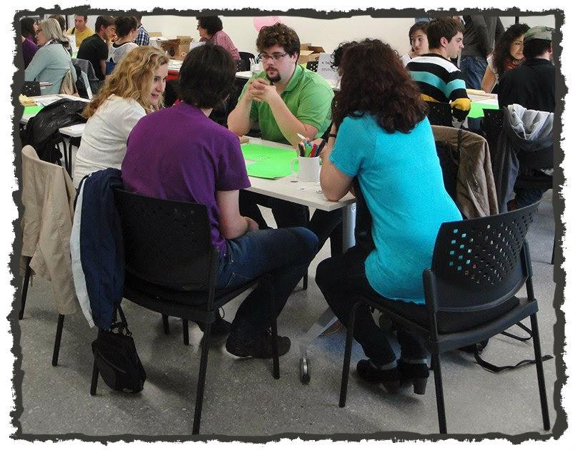 Grupo de personas reunidas dialogando