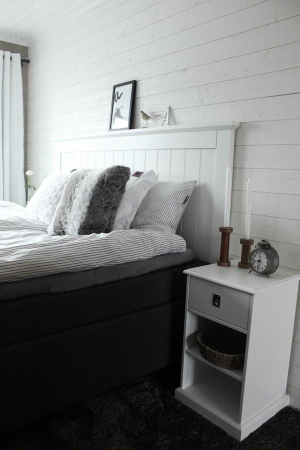 Sovrum i vitt och grått. stickad kudde, träsljusstakar, huvudgavel av trä, vitt sovrum, poster, svartvit print, Eightmood påslakan. Kuddar som dekoration i sängen. Vit virkad kudde från Mio. Svart och vit tavla med text på väggen i sovrummet. Inredning sovrum i vitt och grått. Inspiration sovrum. Sänggavel av vita brädor från Sova. Kontinentalsäng Tempur från SOVA. Liggande vit panel på väggen. Trärena detaljer. Liten fågel i trä från Village. Heltäckningsmatta i sovrummet. renoverat sovrum.