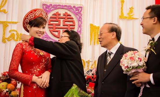 Cô dâu được bố tặng quà