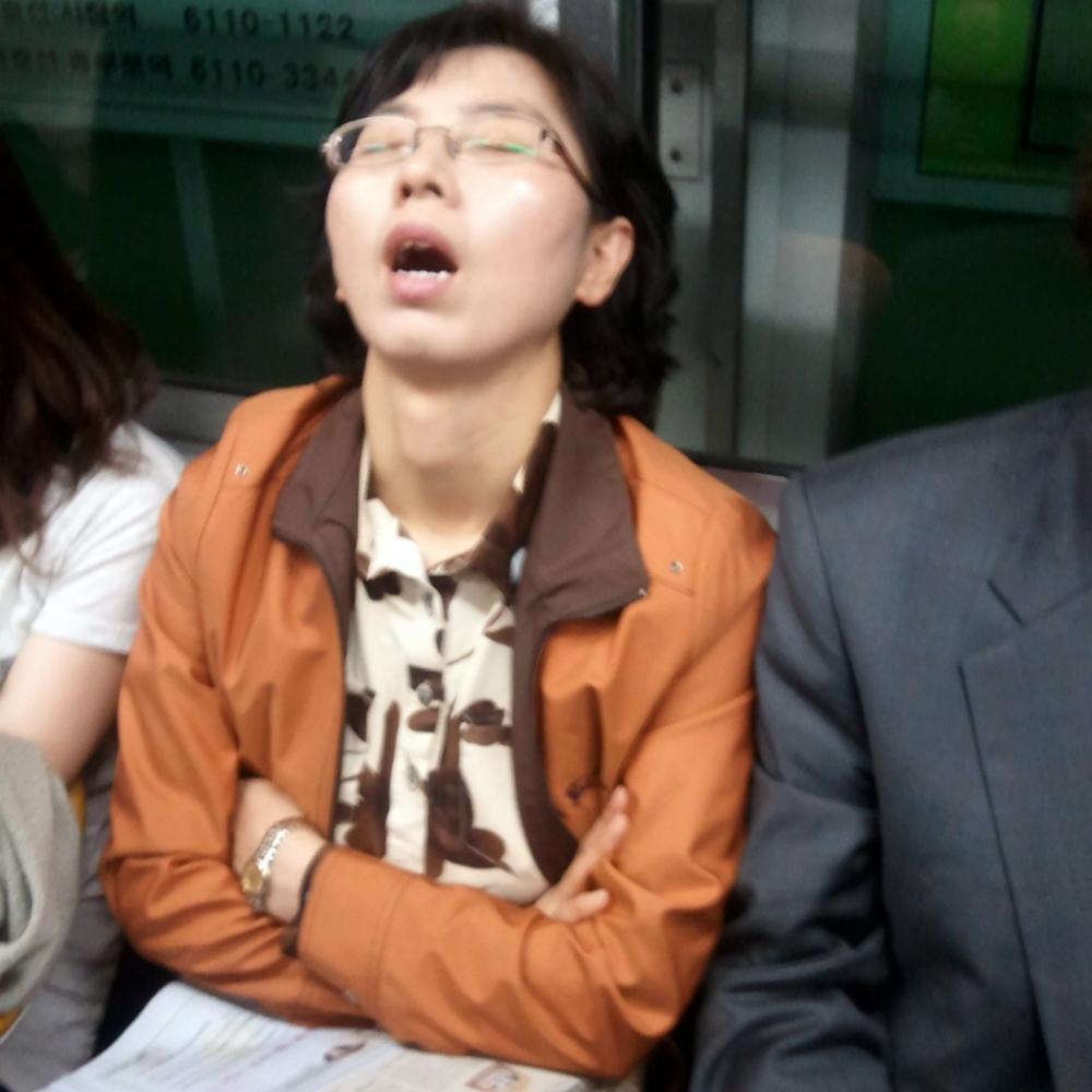 Mujer coreana durmiendo con la boca abierta