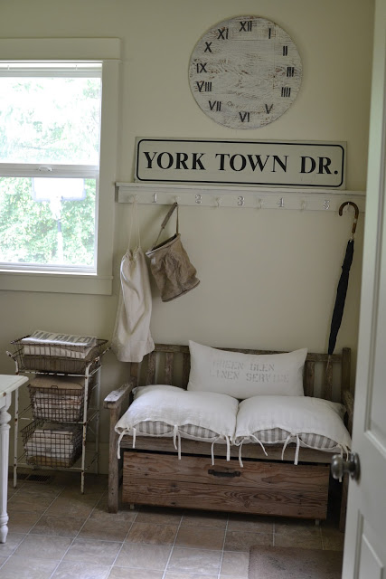 Laundry Room, sofa, szafka z drucianymi koszami