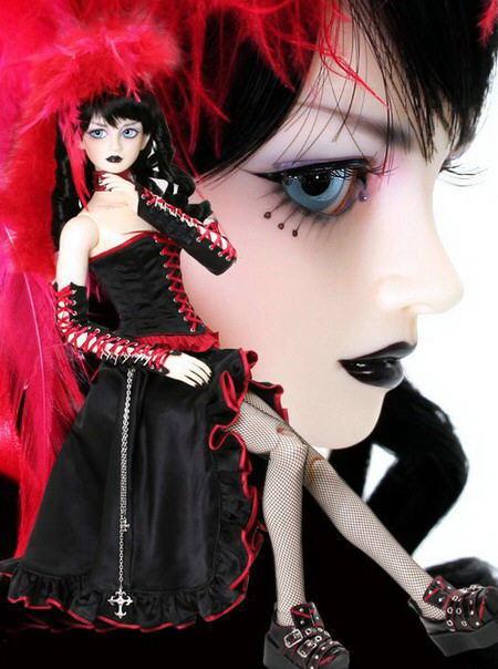 Muñeca gótica con labios negros
