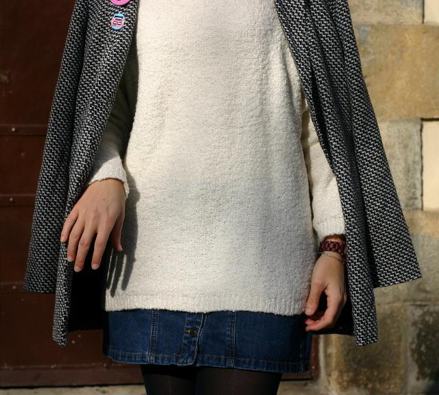 Falda vaquera y jersey blanco