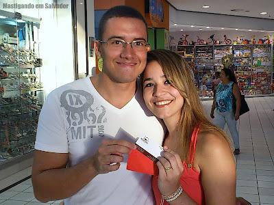 Ana Luisa com o voucher da Rincão Grill