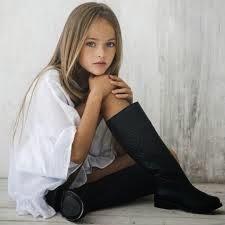 Kristina Pimenova pakai baju putih