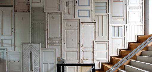 Revestimiento de pared con puertas de madera espacios en - Revestimiento madera paredes ...