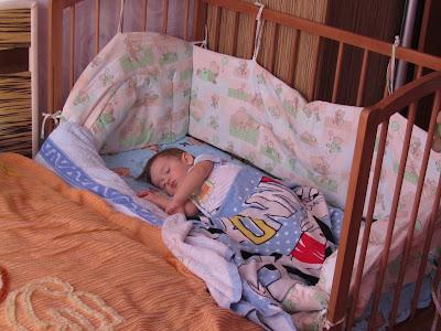 Безопасно ди лставлять новорожденного на ночь в кроватке