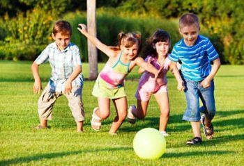 Anak-anak bermain di luar