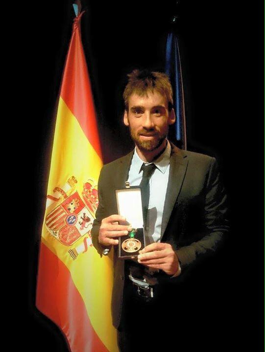 Luis Alberto Hernando posa con la Real Orden del Mérito Deportivo de Bronce. /LAHERNANDO